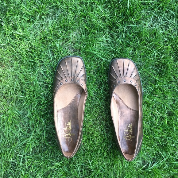 Life Stride Shoes - Cute life stride brown flats!!
